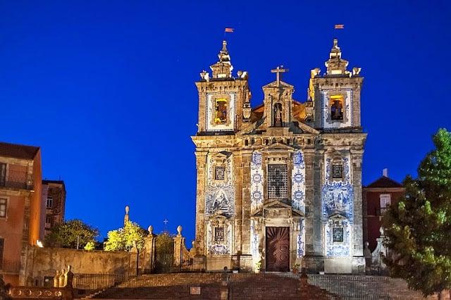 Iglesia de Santo Ildefonso por la noche
