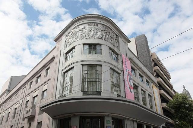 Detalles de la fachada del Teatro Rivoli en Oporto