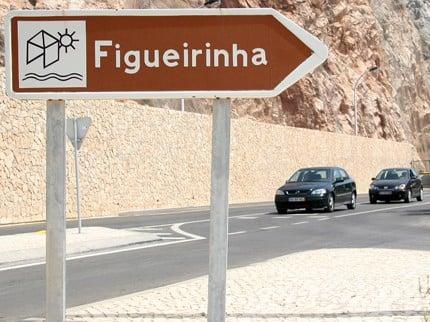 Carteles señalando- Acceso a Praia da Figueirinha